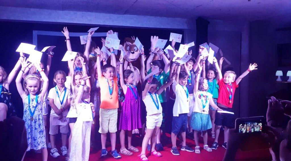 enfants sur la scène après la mini disco